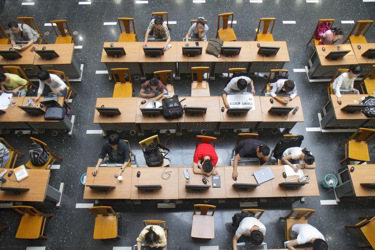 Studeren in Peking. Deze zomer studeren dertien studenten af in Nederlands. Op de banenmarkt in China wordt kennis van de Nederlandse taal en cultuur niet erg gewaardeerd. Beeld © Jeff Greenberg