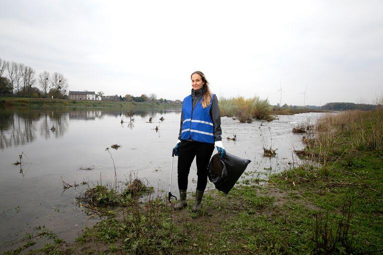 Marlies van Zetten raapt afval aan de Maas, ook gekke dingen als stomazakjes en een zwemflipper.  Beeld Judith Jockel