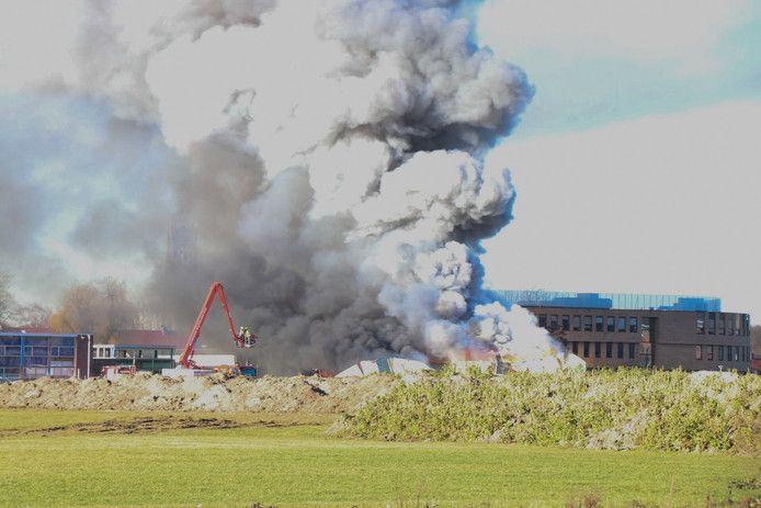 Grote rookwolken bij verwoestende brand in loods Zaltbommel, eerder dit jaar.