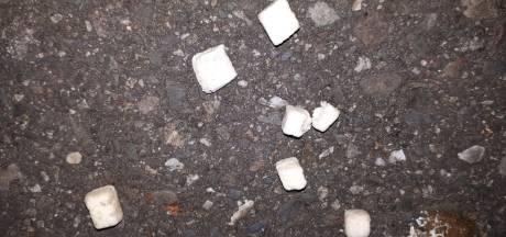 Waarom strooit iemand witte blokjes in Kamper Stadspark?