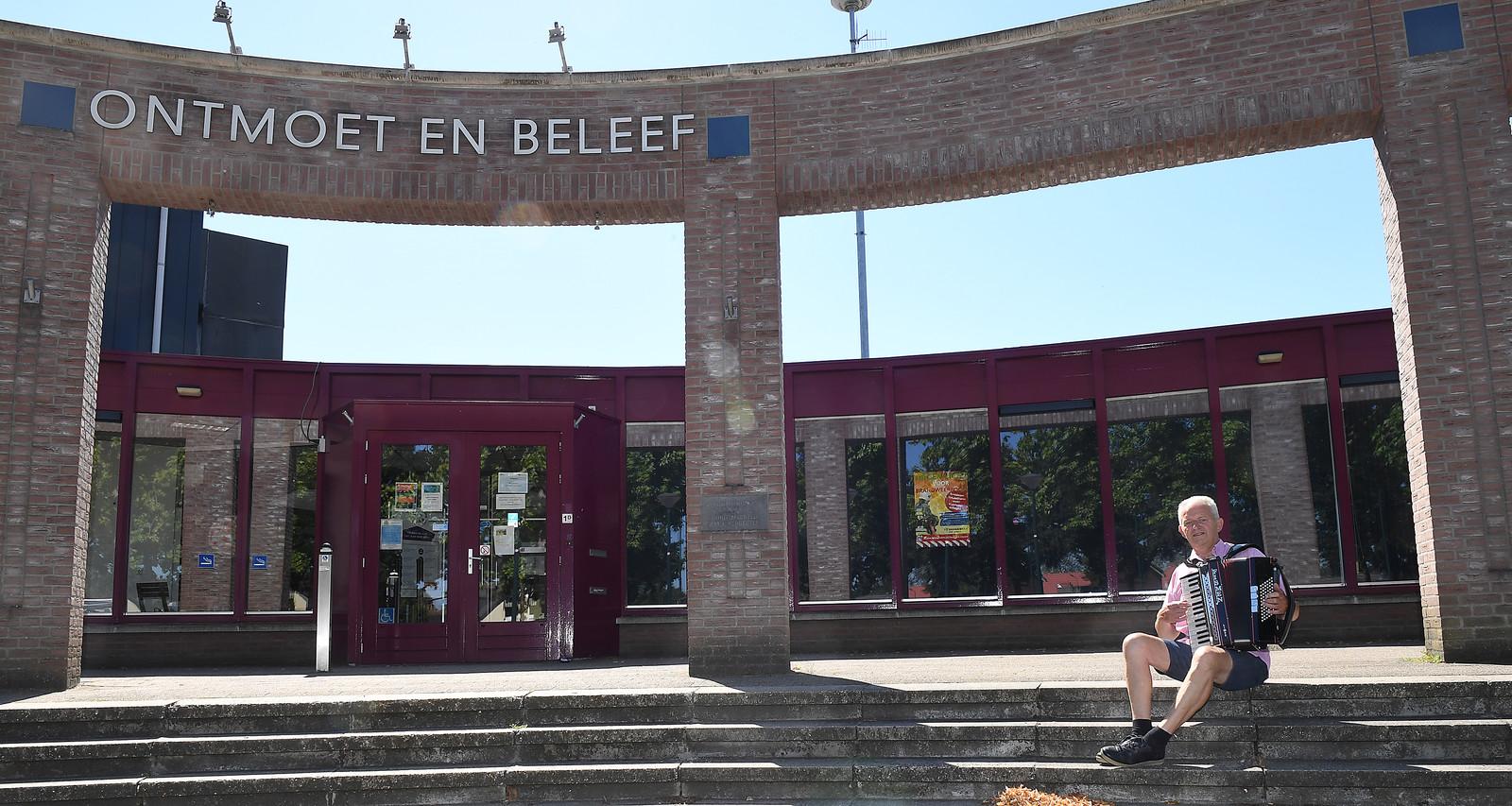 Wiel van Loosbroek met zijn accordeon voor ontmoetingscentrum Oelbroeck in Sint Anthonis.