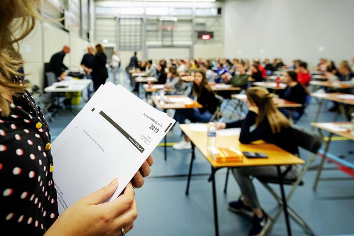 Leerlingen van middelbare school Walewyc mavo tijdens het eindexamen Biologie.