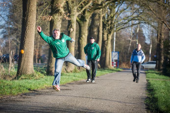 Klootschieten op tweede kerstdag in Geesteren kan traditioneel met een glimlach of serieus, zoals het eerste team van KV Respelhoek.
