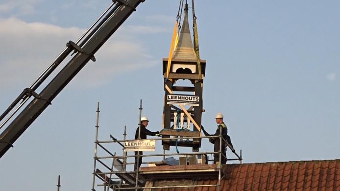 Torentje van het dorpshuis wordt voor restauratie van het dak getild, foto 2017.