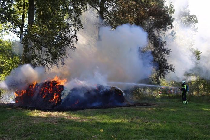 Hooibalen staan in brand in Liempde.