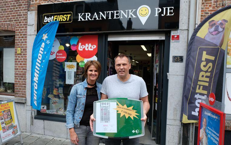 Uitbaters Annick Delen en Corneel Goormans voor dagbladhandel Krantenkopje. Een klant won 500 000 euro met het krasspel Ca$h.
