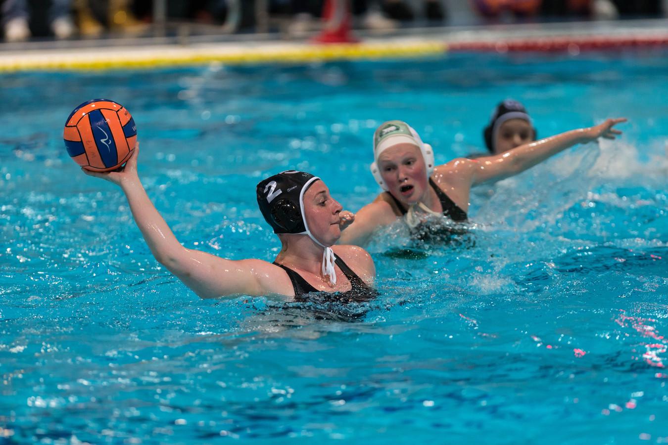 Melissa Dongelmans haalt uit namens GZC DONK. Afgelopen weekeinde nam ze met de landstitel afscheid bij de Goudse waterpoloploeg.