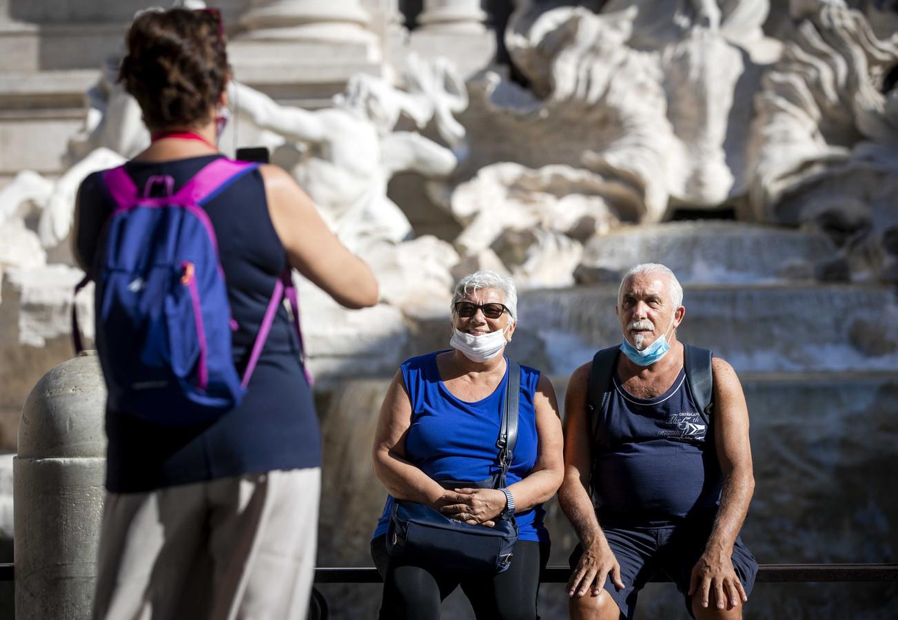 Toeristen bij de Trevifontein in Rome, Italie. Het land was de coronabrandhaard van Europa en het toerisme komt maar moeizaam op gang.