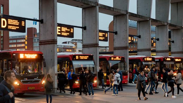 Het busstation aan de voorzijde van het station in Den Bosch.