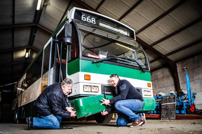 Aad Boer (links) en Kevin Strijker aan het werk aan de bus.