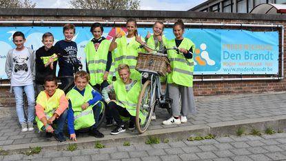 Kinderen fietsen naar Blankenberge voor Sea Life Center