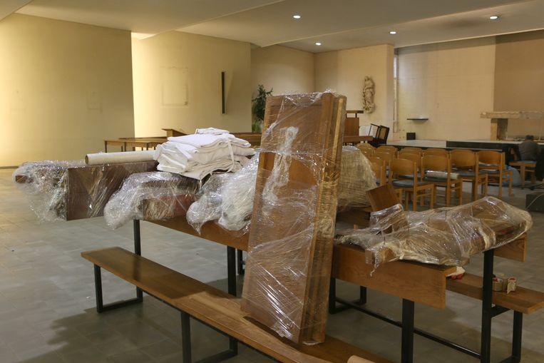 Het meubilair wordt ingepakt voor verhuis naar andere kerken.