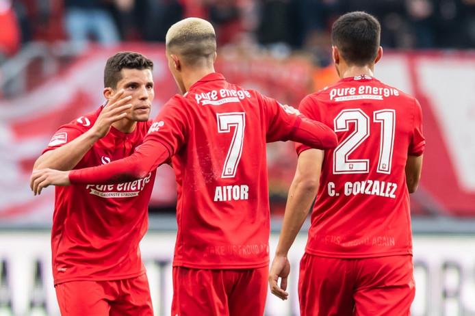 Aitor (7) viert zijn doelpunt tegen TOP Oss met rechtsback Rafael Ramos.