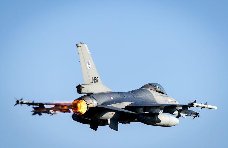 Een F-16 oefent boven vliegbasis Volkel. Beeld anp