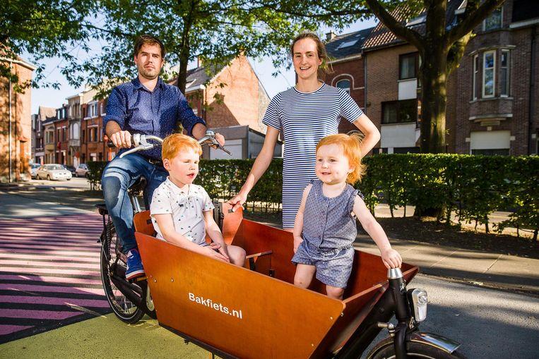 Bert, Jozefien, Tuur (3) en Renée (1) wonen in de Sint-Annawijk en zullen een maand lang zo weinig mogelijk de wagen gebruiken.