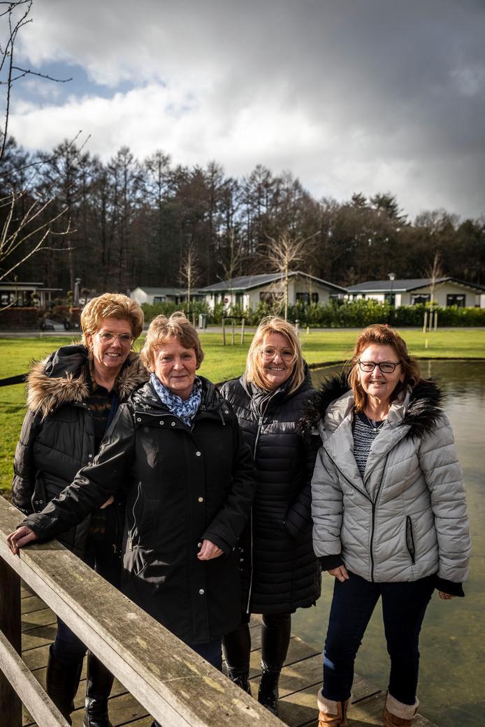 V.l.n.r.: Engelien van Loon, Marjan Rijlaarsdam, Franka van Weert en Anja Seuntiens zijn permanente bewoners van vakantiepark Molenvelden.