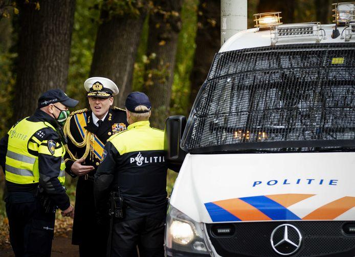 Boerenactievoerder Rutger van Lier, verkleed als koning Willem-Alexander, wordt verwijderd door de politie bij de ingang aan de Bezuidenhoutseweg van paleis Huis ten Bosch tijdens de actie van boerenactiegroep Farmers Defence Force (FDF). Met de actie, die Code Oranje heet, willen de boeren voorkomen dat de Tweede Kamer instemt met de stikstofplannen van het kabinet.