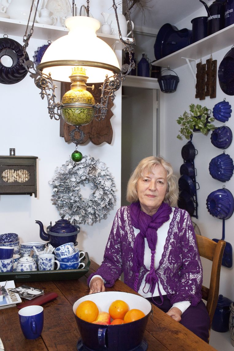 Lydia van der Velde temidden van haar verzameling boerenblauw. Beeld Martijn van de Griendt