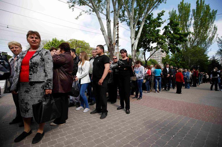 Een lange rij vandaag voor een stembureau in Donetsk.