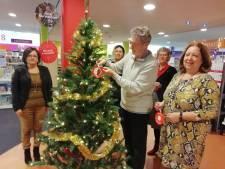 Eerste bal in Joris' Kerstboom is voor overleden bibliotheekmedewerker Rida