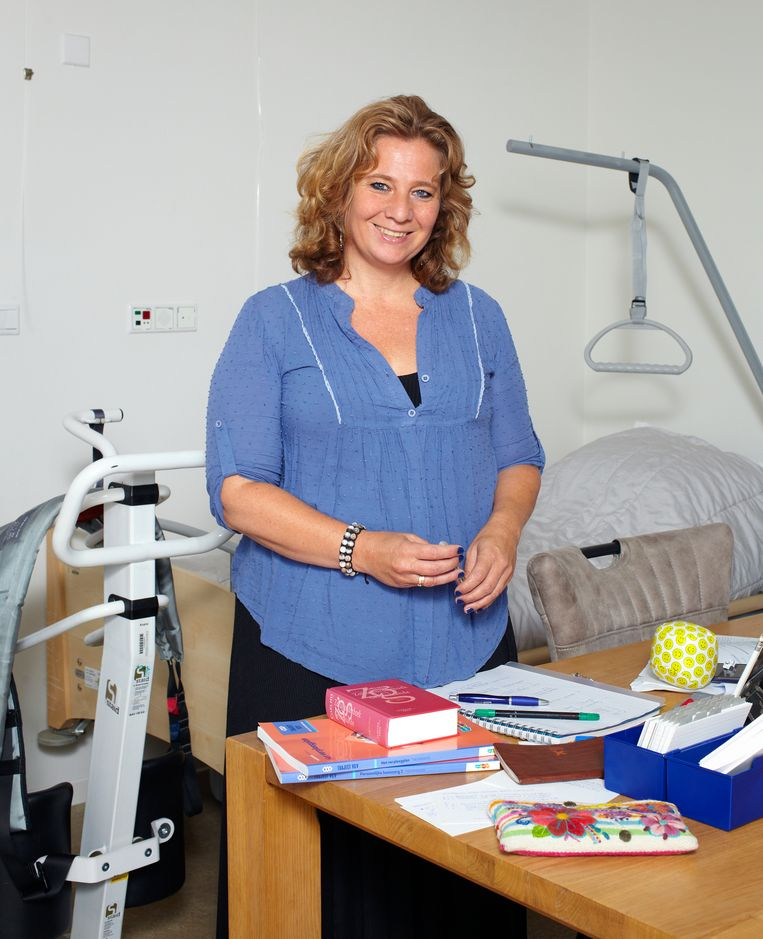 Cissy gefotografeerd op de kamer van haar vader in een woonzorgcentrum in Geldrop. Beeld Daniel Cohen