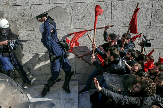 Griekse demonstranten botsen met de mobiele eenheid voor het parlementsgebouw in Athene. Foto Alkis Konstantinidis