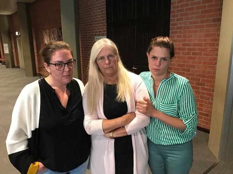 Giselle (midden) kreeg gisteren in de rechtbank de steun van haar dochters Jill en Virginie.