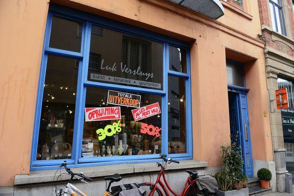 Pottenbakker Luk Versluys stopt na 40 jaar met zijn winkel en houdt daarom een uitverkoop.