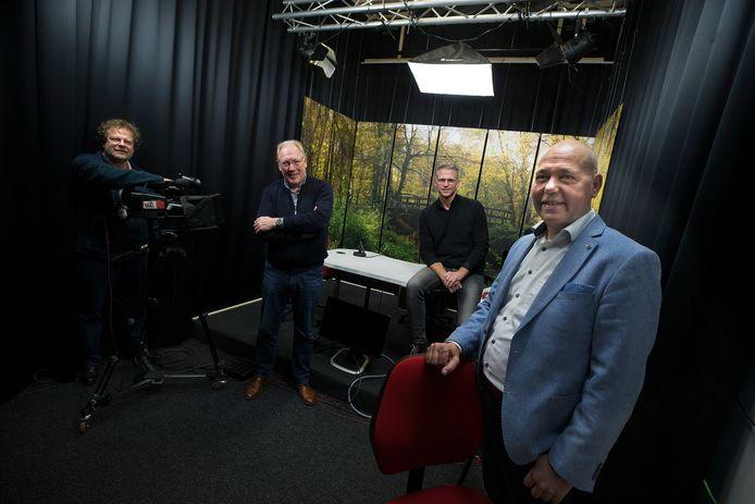 Samen in de tv-studio van de Winterswijkse omroep: Jan Bart Wilschut (begeleider), Geert Krosenbrink (RTV Slingeland), Erik Luiten (AFM) en Hylke ter Beest (GelreFM).
