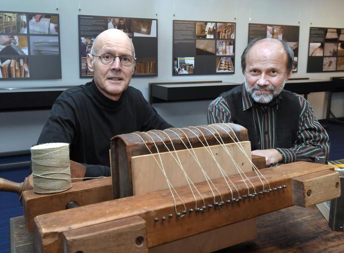 Conservator Marinus Bierens (rechts) van ZB Bibliotheek van Zeeland en bestuurslid Arnold Wiggers van de Stichting Vrienden van de Zeeuwse Bibliotheek.