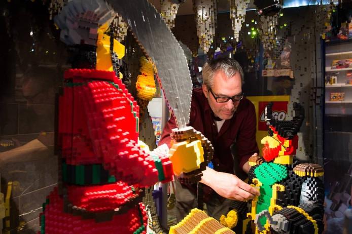 Paul van Boekhout werkt aan een van de mooie legotaferelen in zijn Wagenbergse speelgoedwalhalla. foto's René Schotanus/pix4profs