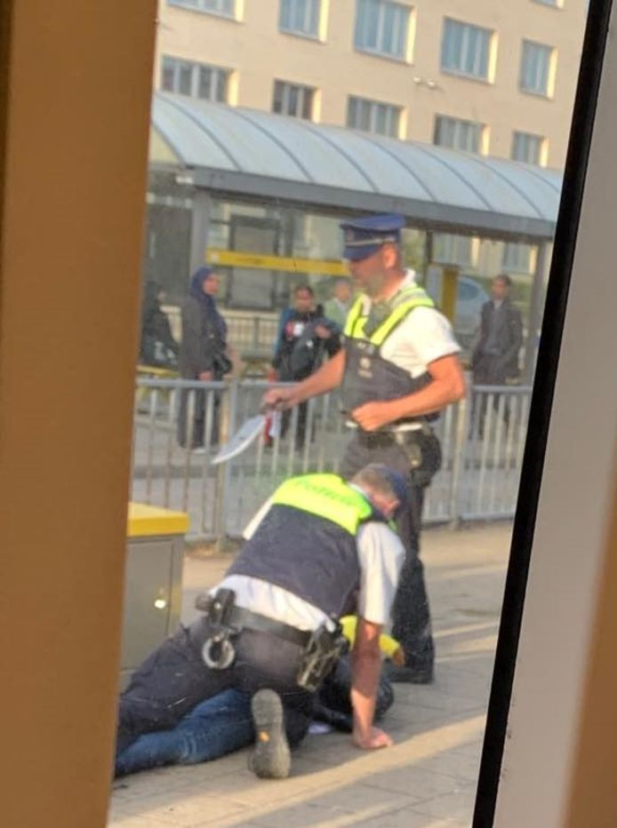 Voorbijgangers verwittigden de politie dat er een man met een mes op de tram zat.