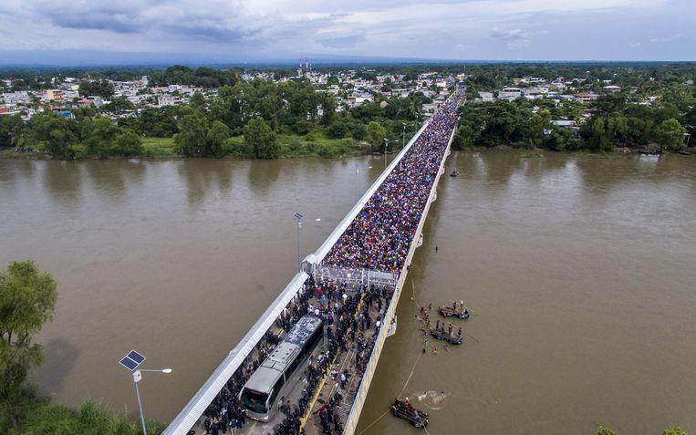 De migrantenkaravaan wordt tegengehouden op de grens tussen Guatemala en Mexico. Beeld AFP