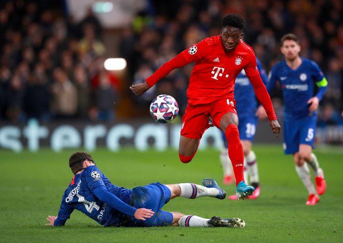 Alphonso Davies is te snel voor Andreas Christensen van Chelsea
