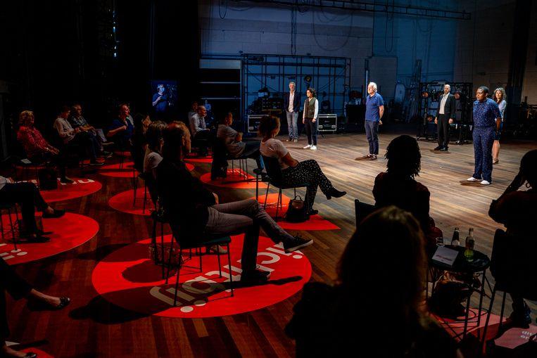Acteurs van Het Nationale Theater en hun (schaarse) publiek. Beeld Bas de Brouwer