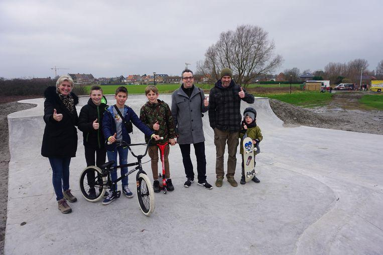 BREDENE - In de Lijsterstraat werd een nieuw skatepark geopend. Voor schepen Vanmullem (links) was het haar laatste optreden als schepen van jeugd.