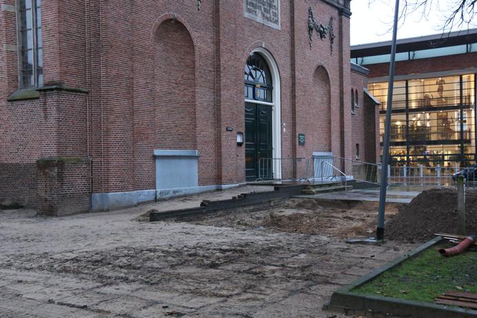 Bij werkzaamheden zijn bij de Schildkerk in Rijssen resten van een Romaanse toren gevonden.