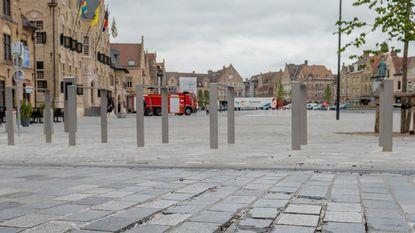Al gebarsten stenen rond pas aangelegde Grote Markt