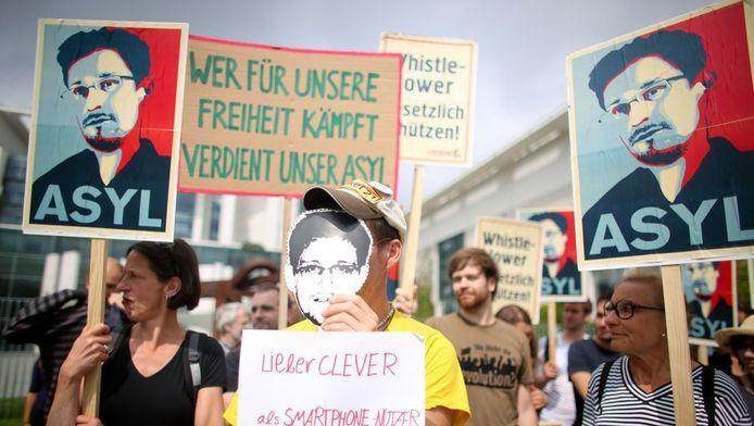 Demonstranten in Duitsland vinden dat Edward Snowden daar asiel moet krijgen.