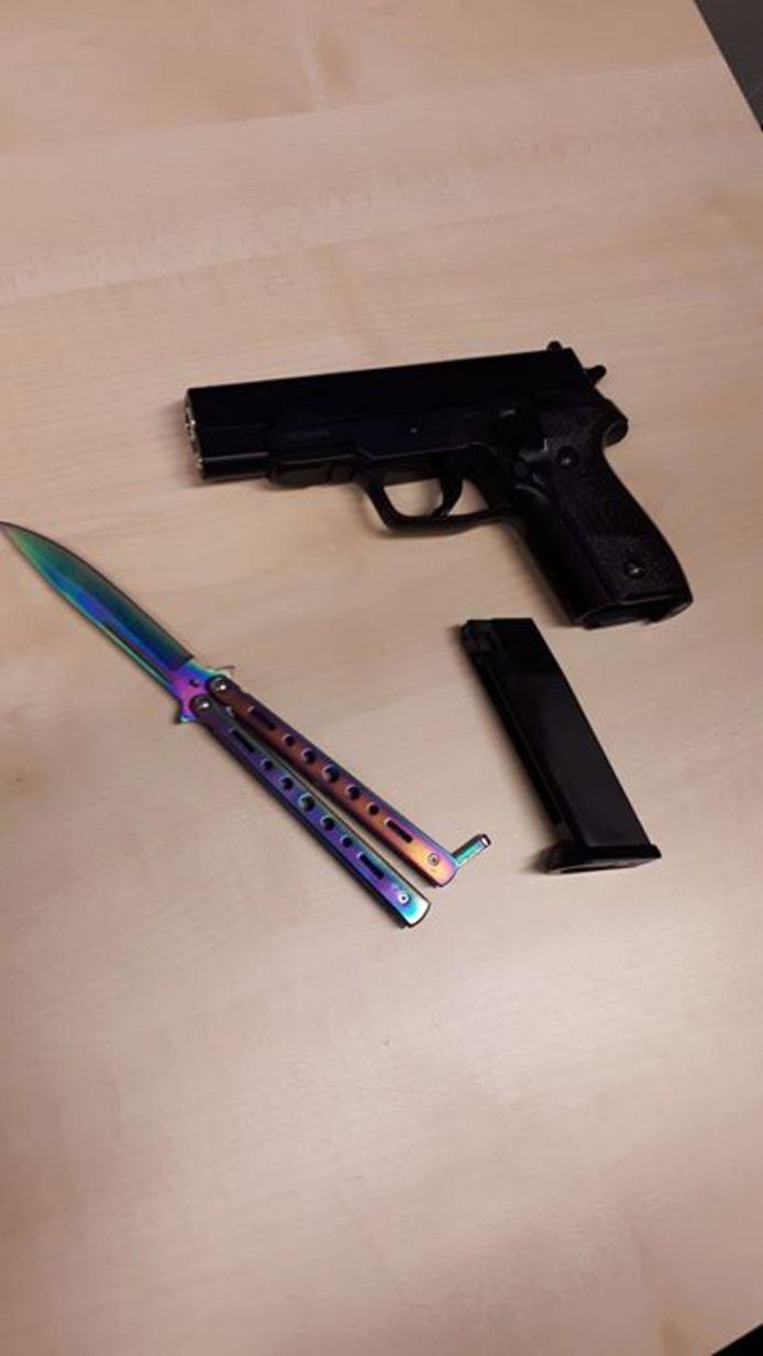 Het vlindermes en het nepwapen die de politie in beslag heeft genomen