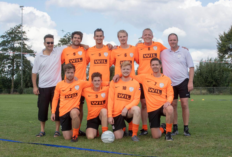 Het Nederlands team vuistbal met de Duitse trainers.