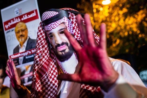 Protestanten zijn overtuigd dat kroonprins Mohammed bin Salman opdracht gaf om de journalist te doden en verkleedden zich als de prins met bebloede handen.