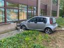 De auto van de vrouw kwam tot stilstand tegen het pand van ICS in Eindhoven.