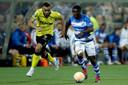 Jay-Roy Grot snelt als aanvaller van VVV langs Azor Matusiwa van De Graafschap.