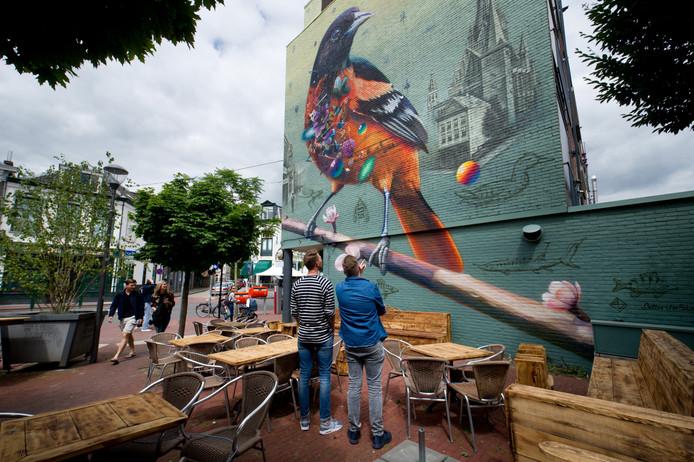 De gigantische muurschildering in de Bloemerstraat moet het aanzien van de straat verbeteren.