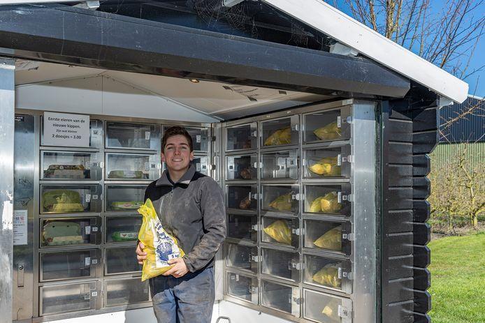 Geert van de Velde, jonge ondernemer en aanstormend boer, bij de automatiek die hij op het erf bij de boerderij zette