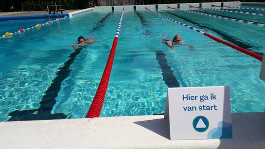 Nanny Leenders en Enrico Pieters zwommen de voorbije weken onder meer bij Laco in Hoogerheide, maar zijn blij dat ze nu weer terechtkunnen bij hun thuishaven, De Melanen in Halsteren.