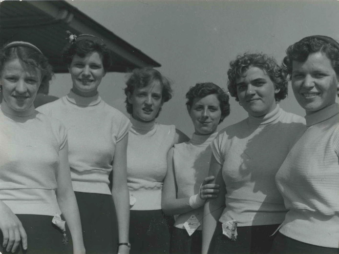 Op de derde dag van de 40e Vierdaagse zes deelneemsters op het parcours van 40 km. De loopster tweede van rechts draagt de medaille van de noodvierdaagsche 1940.