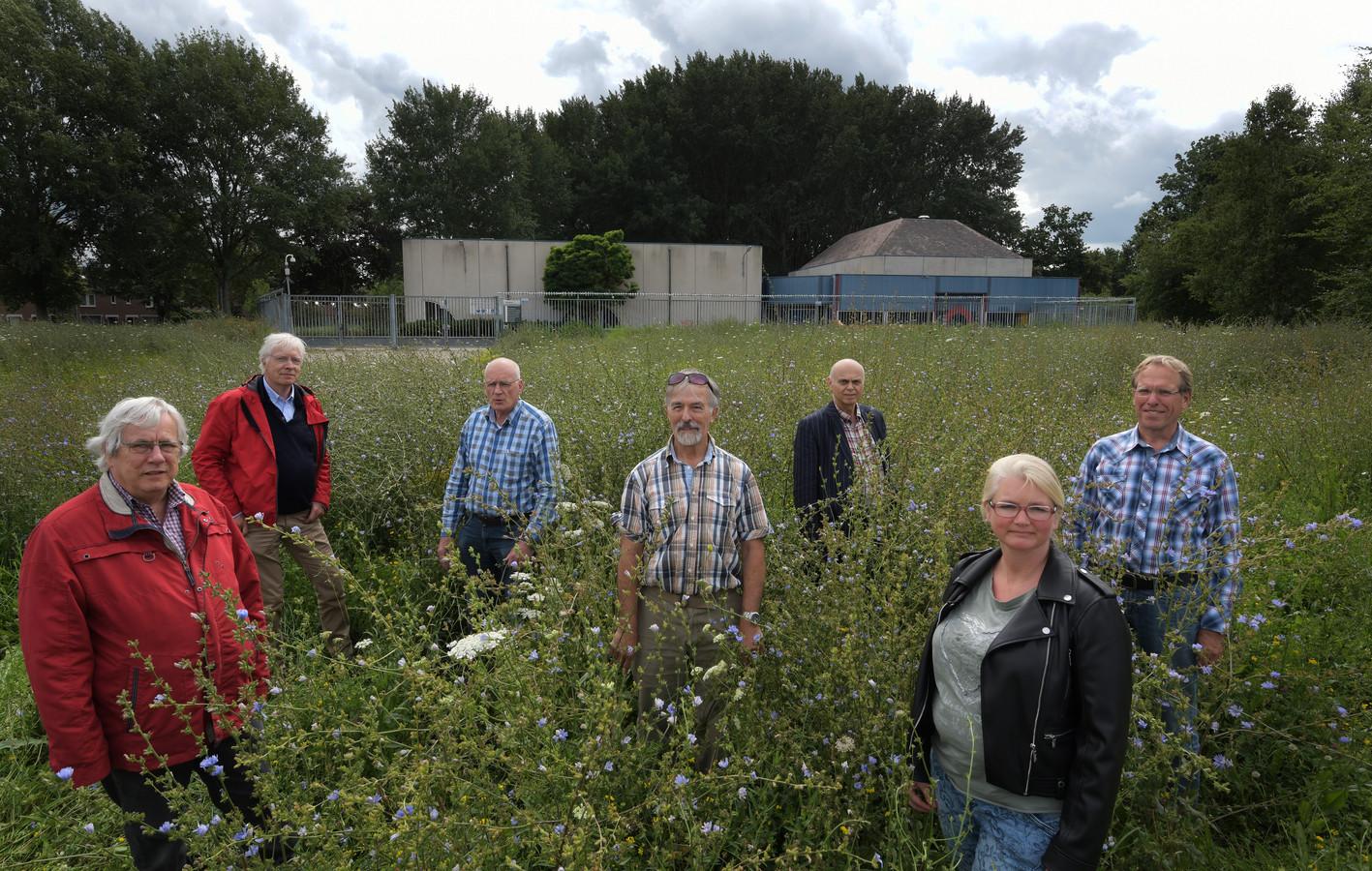 Vertegenwoordigers van de Kerngroep Bewoners Aardwarmte Nieuwegein (BAN) op de plek van de proefboring.