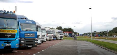 Vraagtekens bij geparkeerde vrachtwagens bij bouwmarkten in Oudenbosch